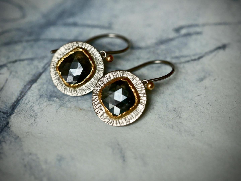 Ohrringe in Weißgold mit Diamantrose in Feingoldfassung
