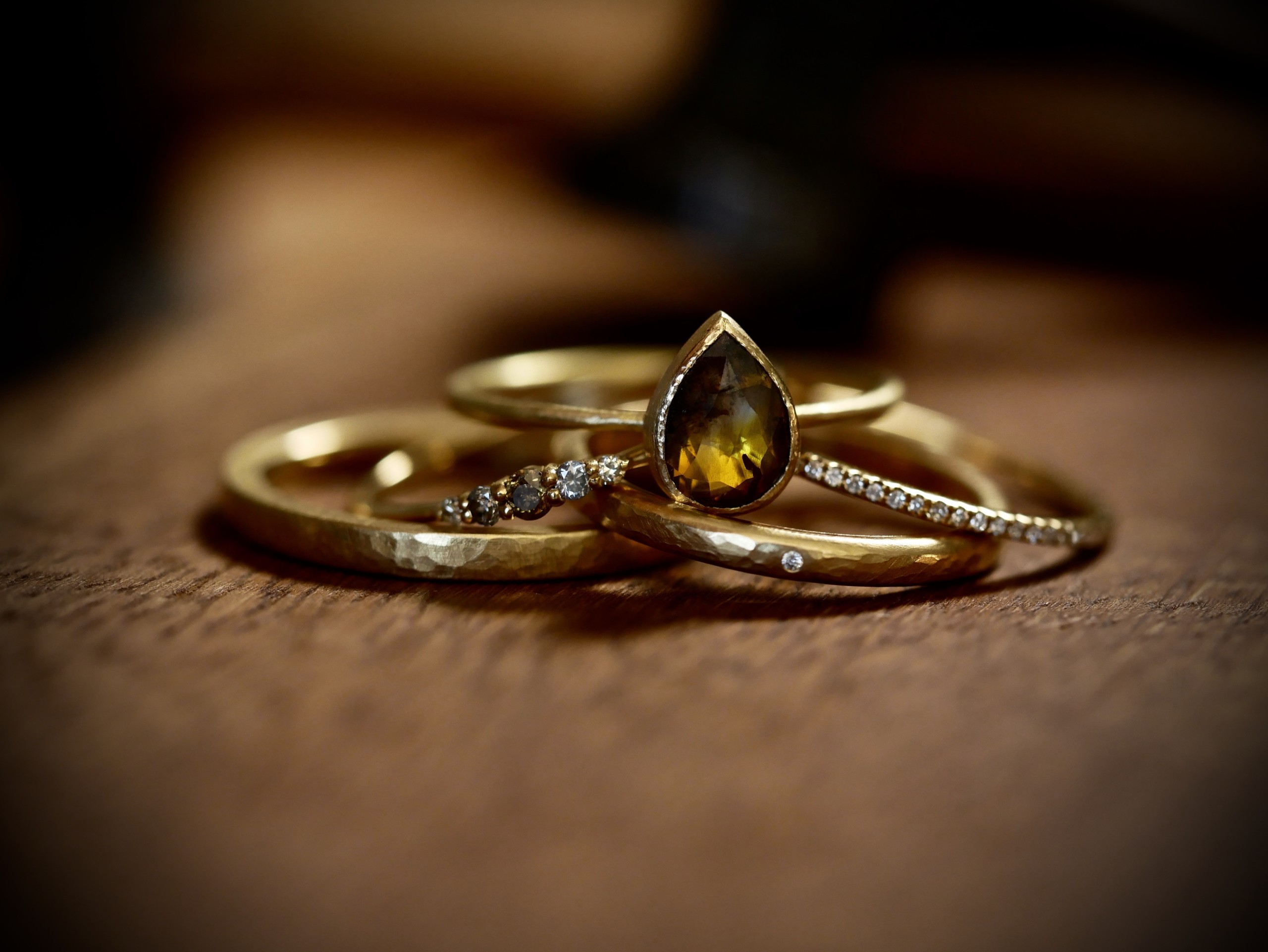 Ringe in Gelbgold 750/- mit Brillanten und Saphirrose als Tropfen